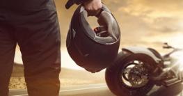Mann trägt Motorrad Helm mit Bluetooth Headset