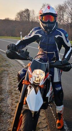 Motorrad Headset Testperson mit seinem Motorrad